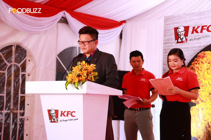 រូបភាពពីសន្និសីទកាសែតនៃការបើកសម្ពោធសាច់មាន់ប៉ាព្រីការបស់ KFC