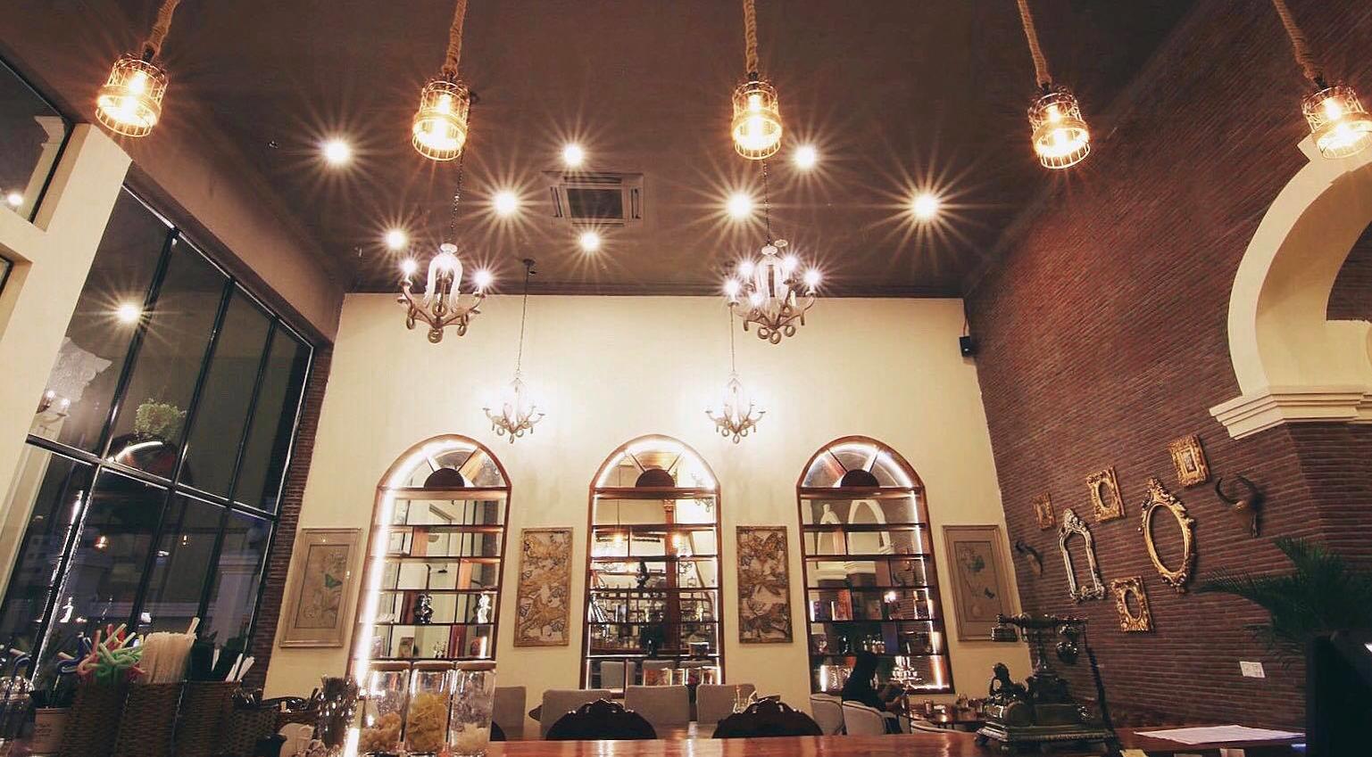 Luxuries Café ខាងក្នុងល្អប្រណីតដូចឈ្មោះមែន