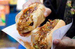 {:kh}នំបុ័ងសាច់ជ្រូកបីជាន់ល្បីនៅស្ដាតអូឡាំពិក មិនសាកមិនដឹង{:}{:en}A Must-Try Snack At The Olympic Stadium: Caramelized Pork Belly Banh Mi {:}