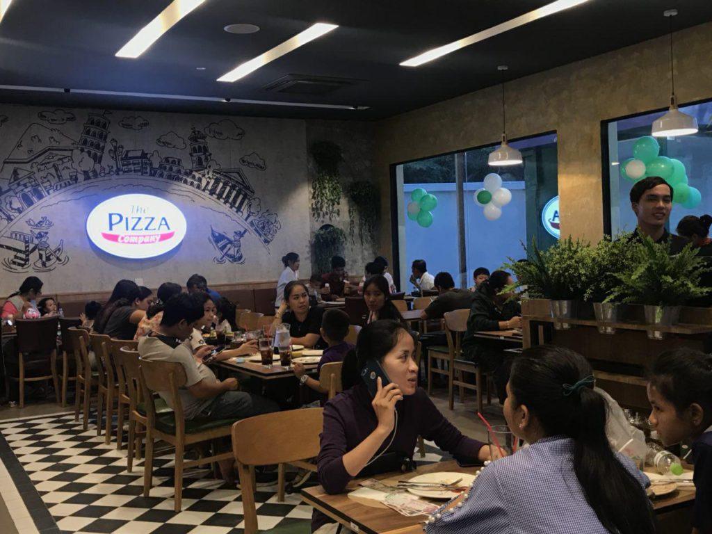 អង្គុយញ៉ាំភីស្សាជាមួយការតុបតែងបែបអ៊ីតាលីរបស់ The Pizza Company
